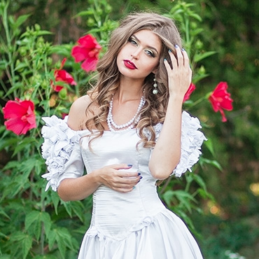 bride posing for photos in Garden