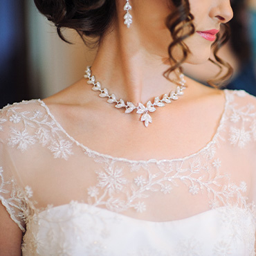 Scoop neckline wedding dress paired with short curved necklace