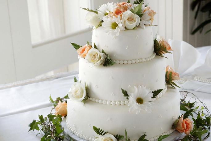 Traditional 3-tier wedding cake