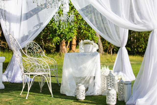 A glam all white picnic wedding styled shoot inspired by Diner en Blanc by Deanna McCollum Photography