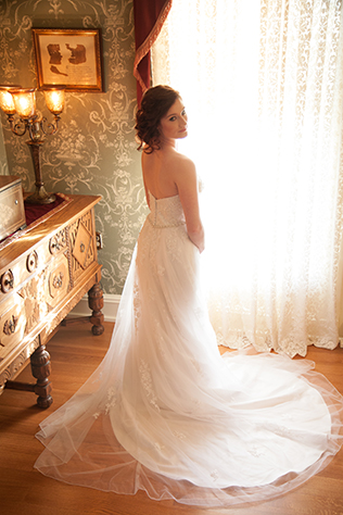A beautiful ballet bridal session at a romantic Southern estate // photos by QuoteLife Photography: http://www.quotelifephotography.com    see more on https://blog.nearlynewlywed.com