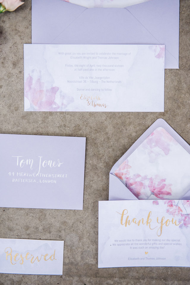 A pastel wedding inspiration shoot celebrating springtime in the Netherlands with elegant golden touches by Tovergoud Photography and In Style Styling & Decoraties