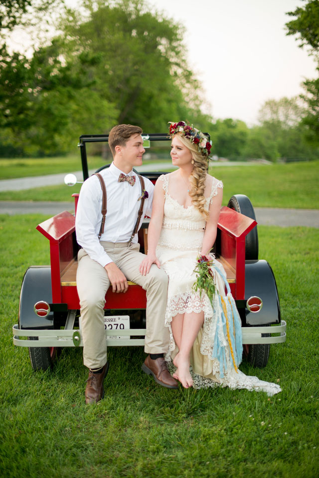 A sweet Southern boho romance wedding styled shoot with a moss chair, a banjo and a gorgeous outdoor tablescape by Twila's Photography