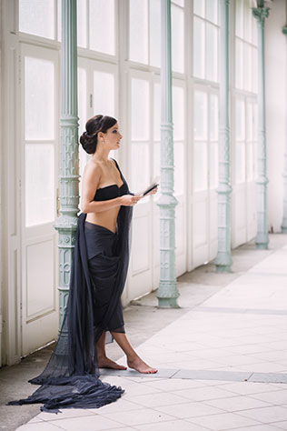 A uniquely beautiful black swan wedding inspiration shoot at the Postal Court in Karlsbad, Czech Republic by Yana Zolotoverkhaya