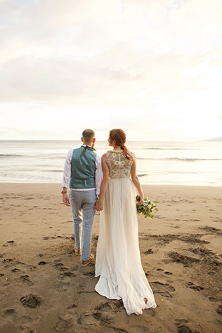 A quiet and intimate Maui wedding with sunset at the beach by Anna Kim Photography