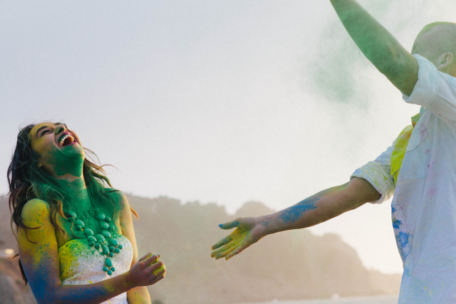 A carefree and fun paint war anniversary shoot at Baker Beach in San Francisco // photos by D.Lillian Photography: http://www.dlillianphotography.com || see more at: https://blog.nearlynewlywed.com/real-couples/love-shoots/paint-war-anniversary-shoot/