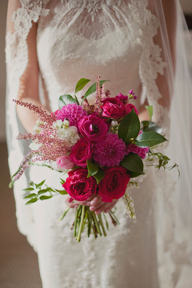 A Florida destination wedding with chinoiserie vases, toile linens and pops of pink florals | Kismis Ink Photography: http://www.kismisink.com