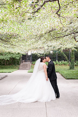 A glittery Chicago wedding with rooftop portraits and golden details by Laura Witherow Photography