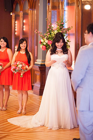 A spectacular modern art museum wedding in Sacramento with vibrant red details // photos by Liz Caruana Photography LLC: http://www.lizcaruanaweddings.com || see more on https://blog.nearlynewlywed.com