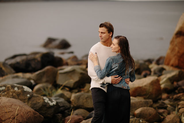 A couple's rainy engagement session in Norway by Lunde Foto