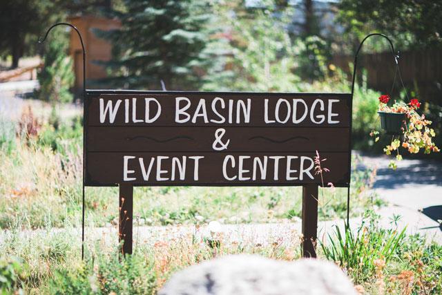 An elegant summer lodge wedding with a mountain backdrop by MAIIGO Photography