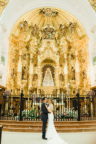 An intimate and romantic couple's session in El Rocio with a horse-drawn carriage and a walk on the beach by Rafa Valera