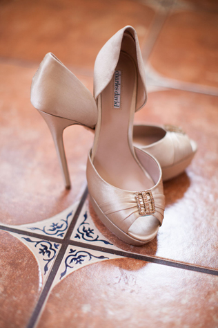 An elegant spring wedding with gold, blush and pearl accents by Sposto Photography || see more on blog.nearlynewlywed.com