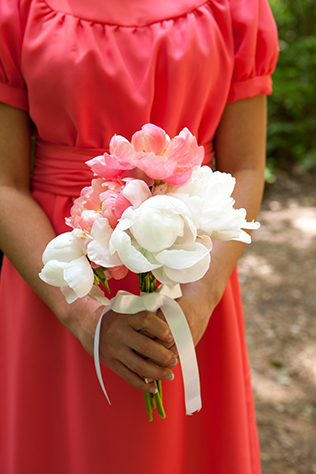 A sweet coral summer wedding surrounded by greenery and natural beauty // photos by Style Life Photography: http://www.stylelifephotography.com || see more on https://blog.nearlynewlywed.com